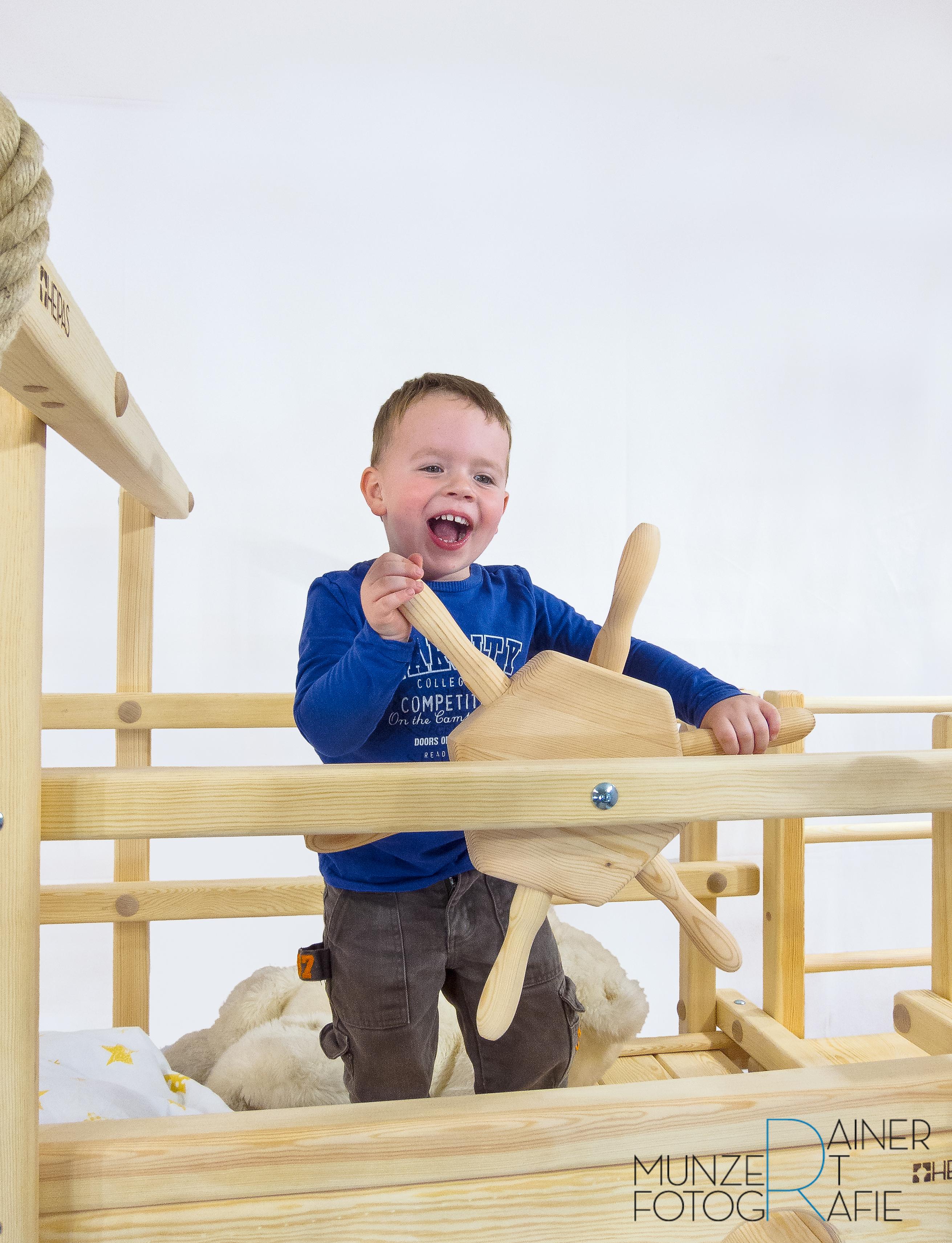 Spielbett mit Junge