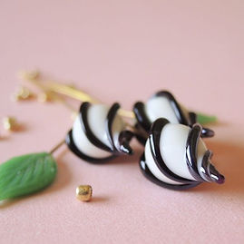 白黒マグピーカラーなRosebudは葉っぱと合わせても◎__#ガラスビーズ #ラ