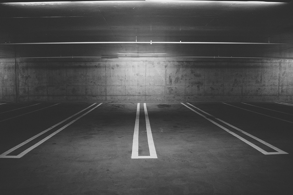 Vast zitten in een vaste baan, parkeergarage, stil staan, geen uitweg zien, automatische piloot, geparkeerd staan