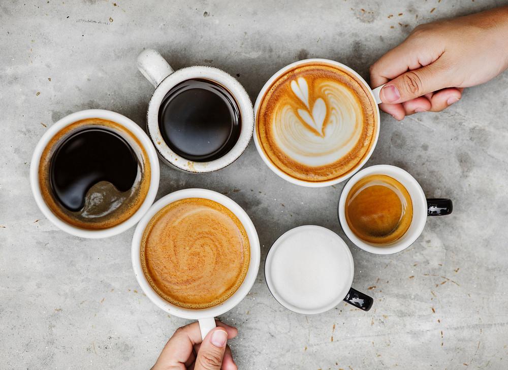 Mensen met koffiekopjes, samen koffiedrinken, genieten van het uitzicht, ultiem vakantiegevoel