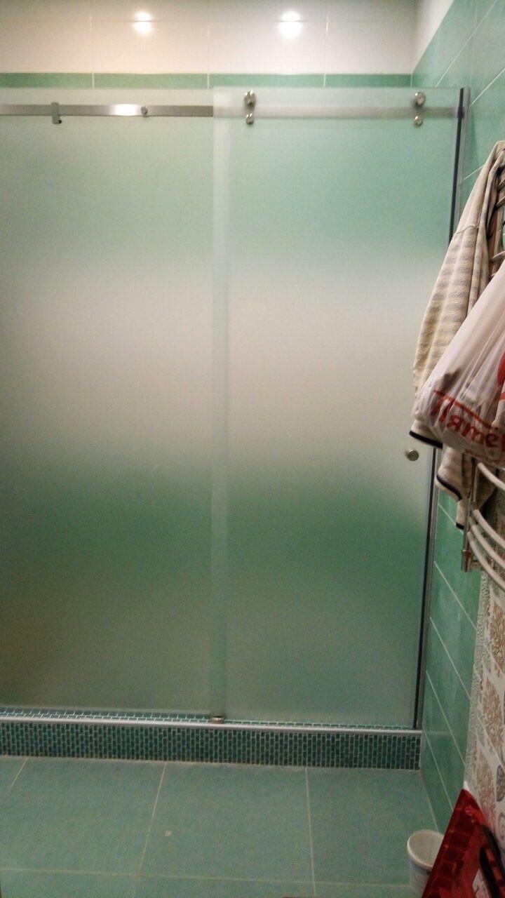 Стеклянная душевая с раздвижной дверью