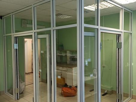 Алюминиевые перегородки с двухстворчатыми маятниковыми дверьми