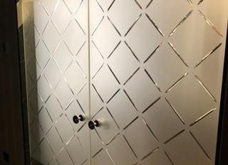 Стеклянная маятниковая дверь с фрамугой