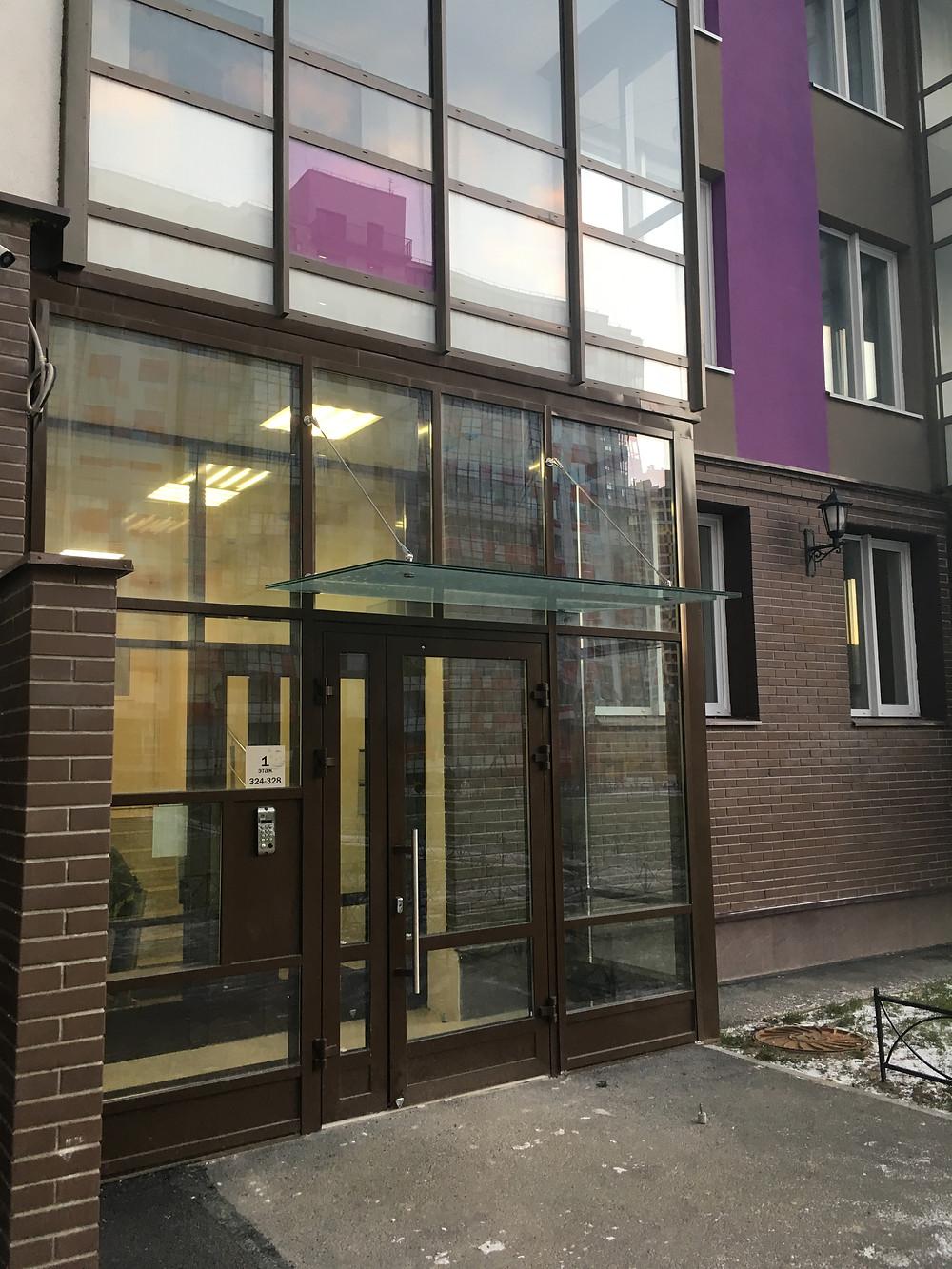 Стеклянный козырек на алюминиевый фасад