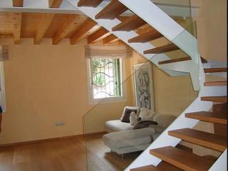 Лестница на боковых косоурах с деревянными ступенями