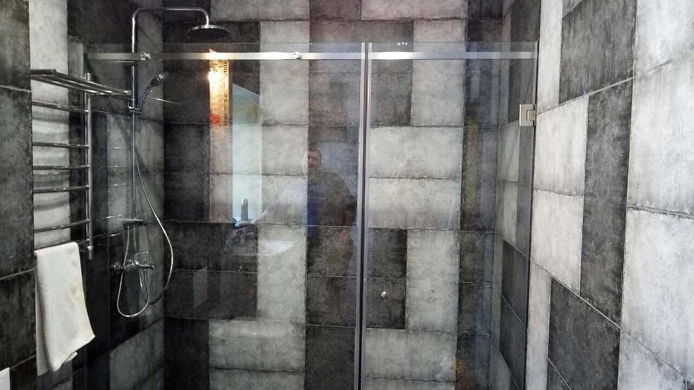 Стеклянная душевая с распашной дверью