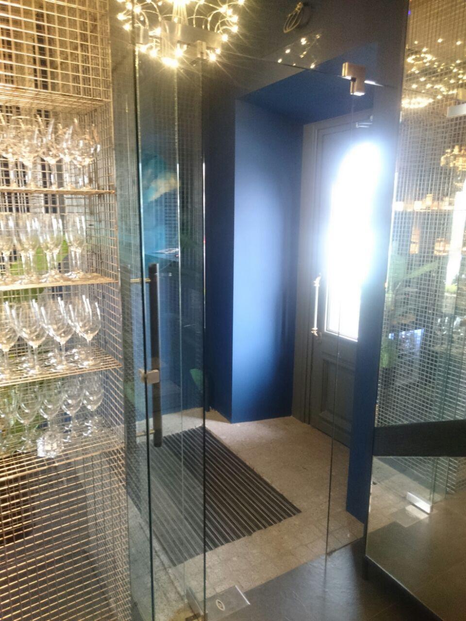 Стеклянный тамбур с распашной дверью