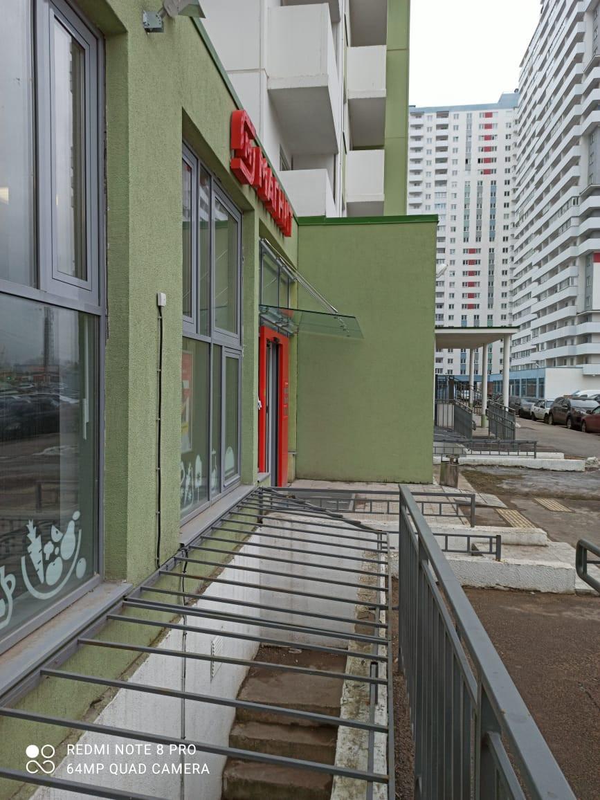 Стеклянные козырьки на тягах с креплением на алюминиевый фасад