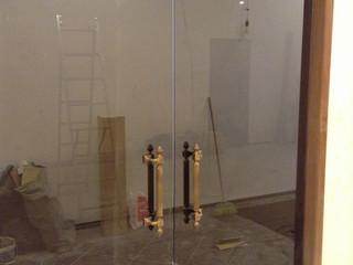 Стеклянная дверь двухстворчатая