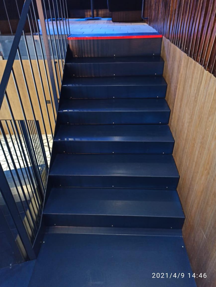 Лестница из металла с декоративным ограждением
