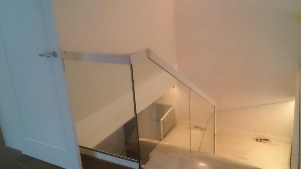 Стеклянное ограждение лестницы и балкона
