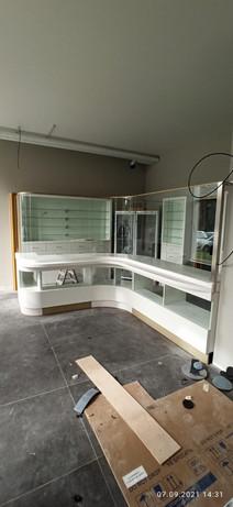 Аптечная стойка с перегородкой из стекла