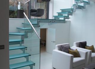 Лестница с стеклянными ступенями и ограждением.