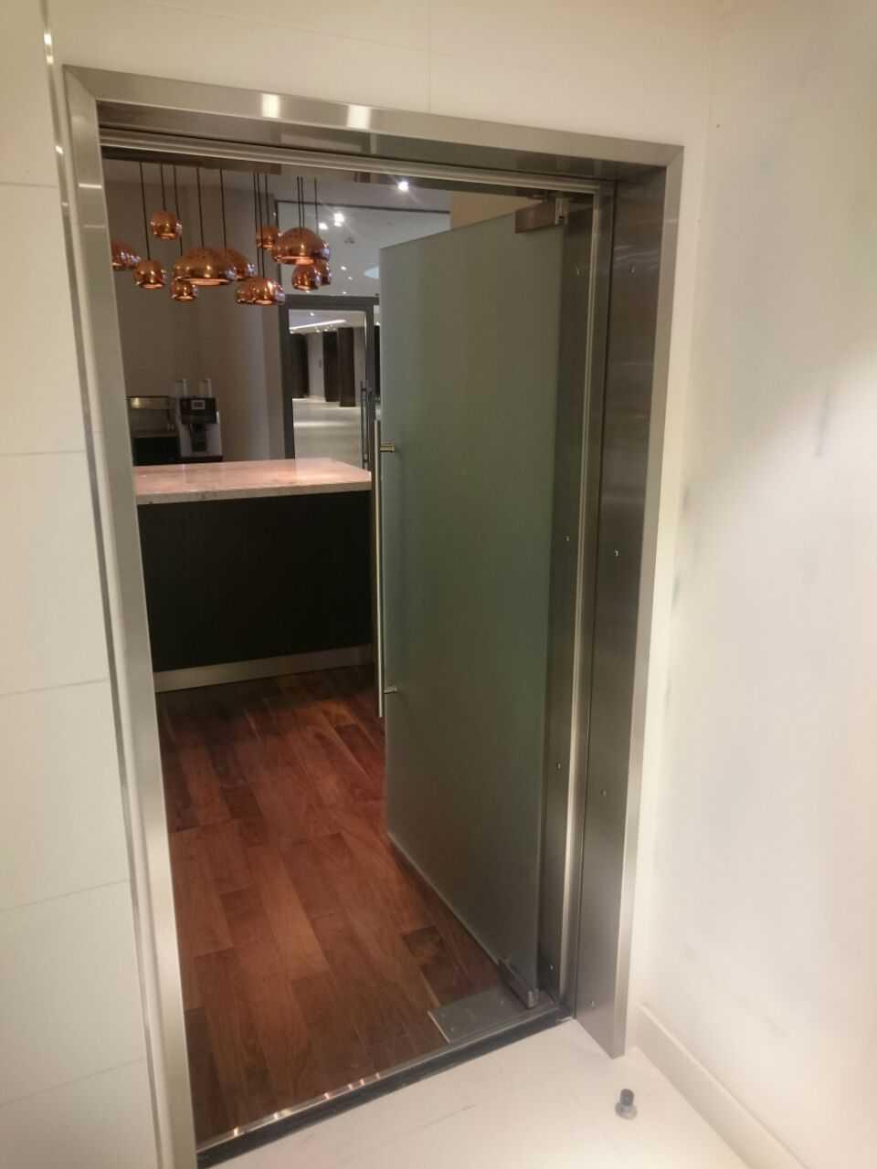 Стеклянная маятниковая дверь в портале