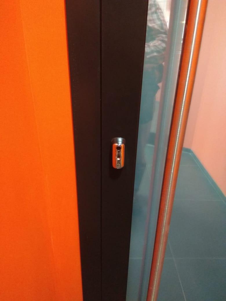 Алюминиевые двери с системой доступа