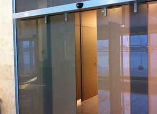 Цельностеклянные перегородки с раздвижными дверьми