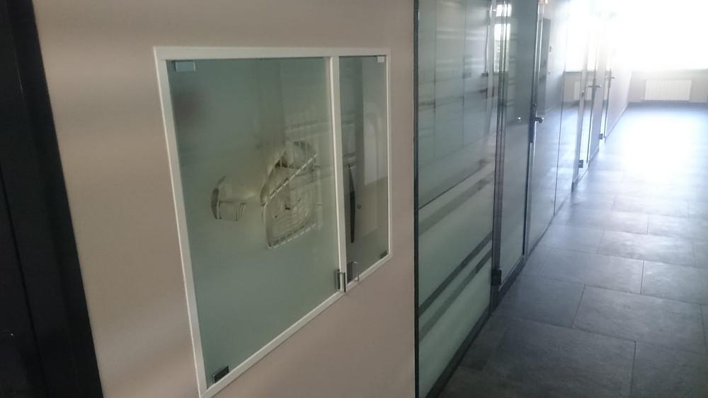 Стеклянная панель и пожарные шкафы