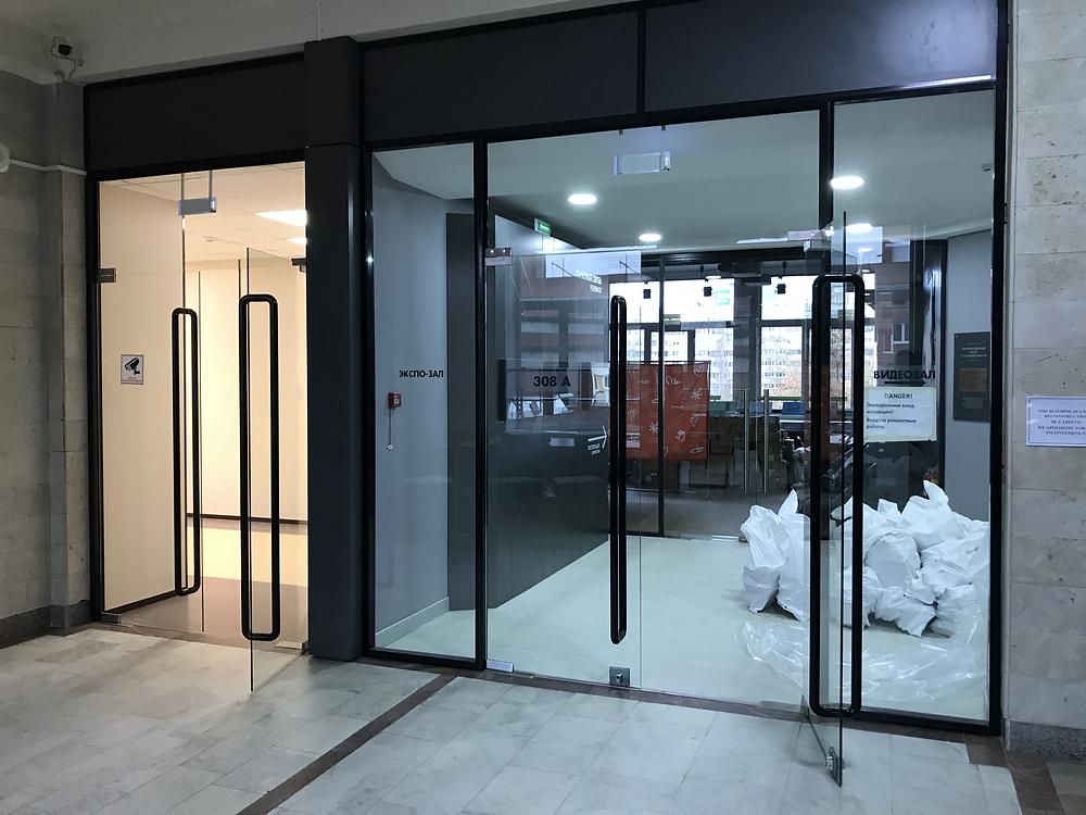 Офисные перегородки с цельностеклянными дверьми