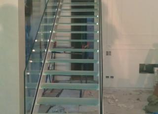 Лестница на двух косоурах с цельностеклянными ступенями и ограждением
