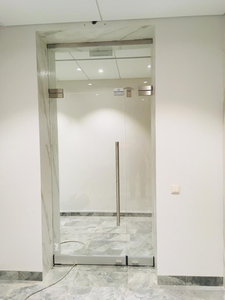 Стеклянные двери с системой доступа