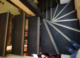 Лестница на двух косоурах с деревянными ступенями