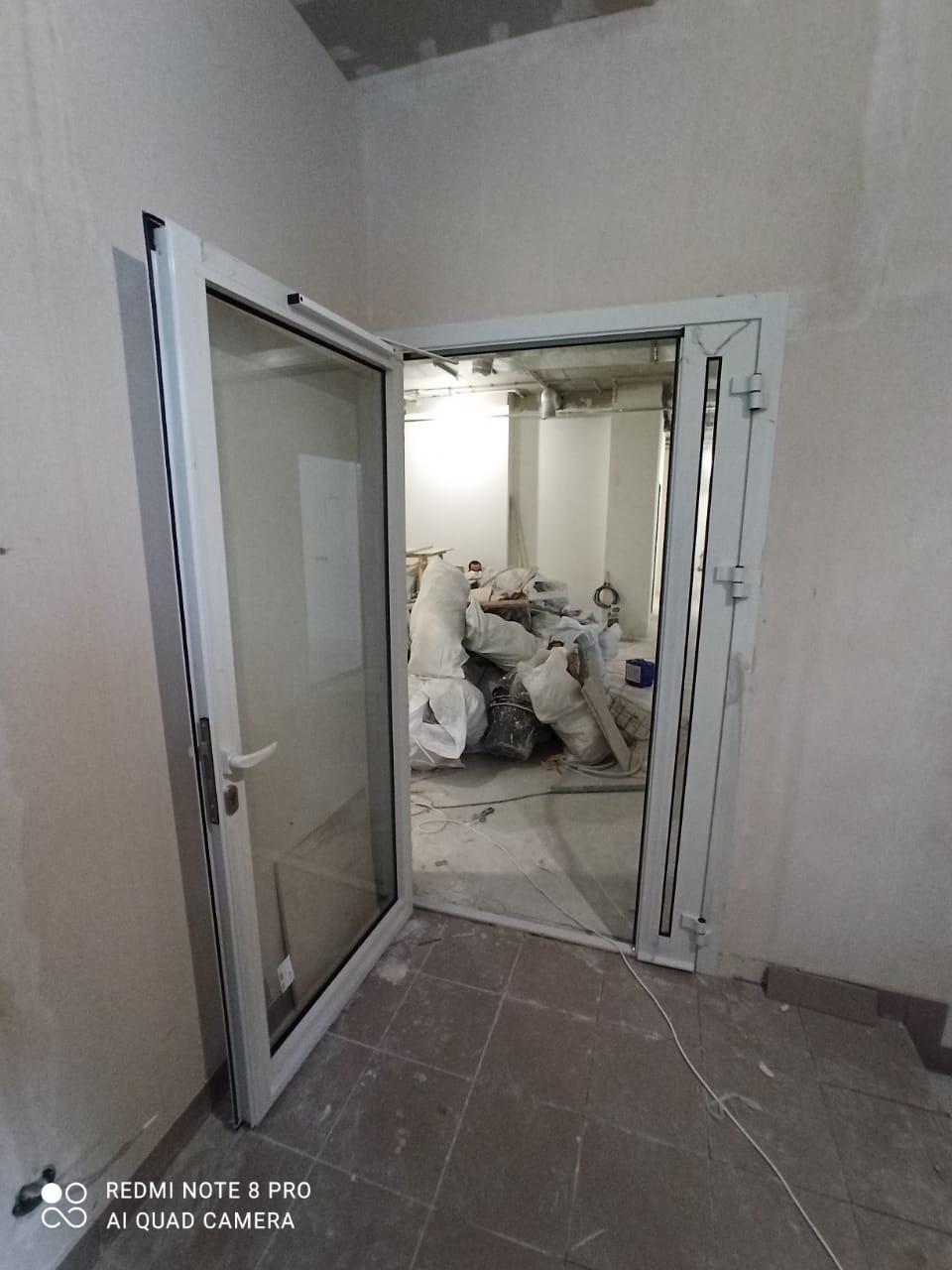 Алюминиевая двухстворчатая дверь