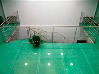 Лестница и перекрытие из металла и стекла