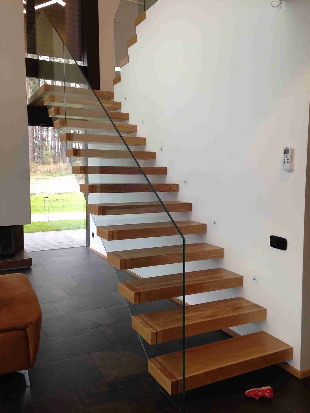 Лестница с консольными ступенями