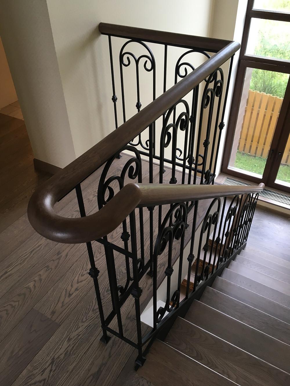 Стальная лестница с деревянными ступенями