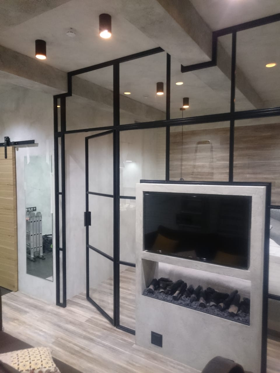 Лофт перегородка с распашными дверьми