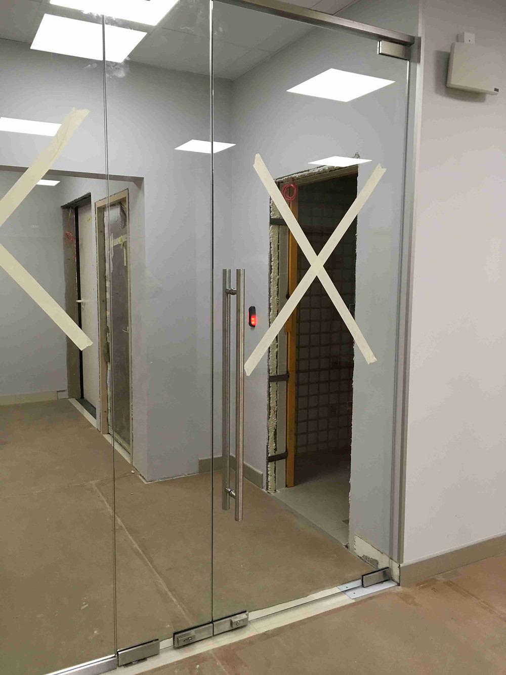 Стеклянная перегородка с маятниковой дверью