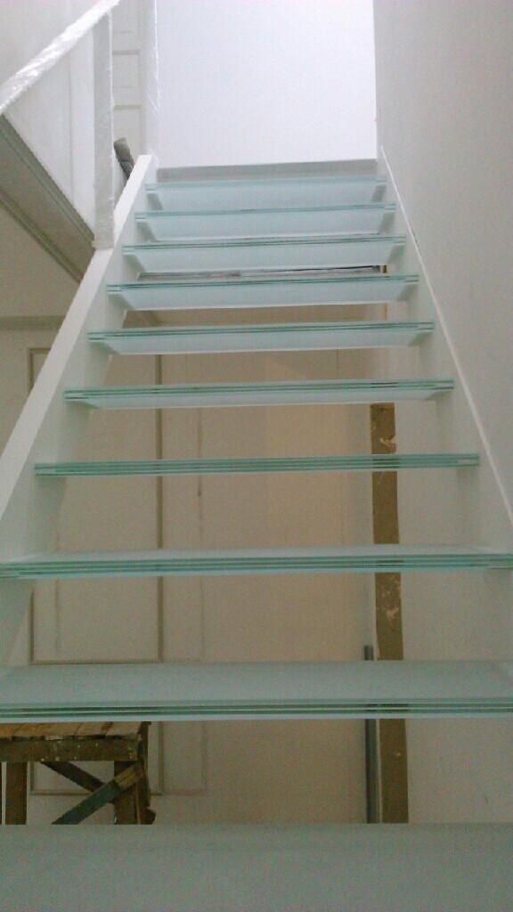 Лестница с цельностеклянными ступенями