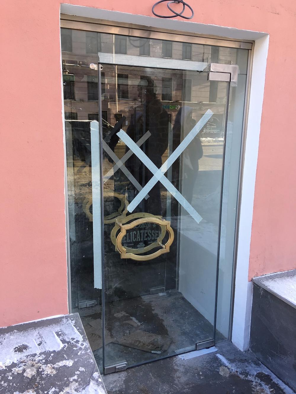 Стеклянный тамбур с маятниковой дверью