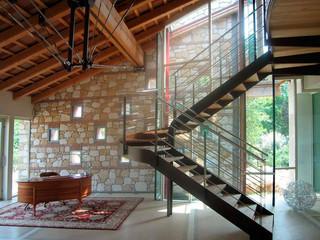 Лестница на боковых косоурах с деревянной ступенью