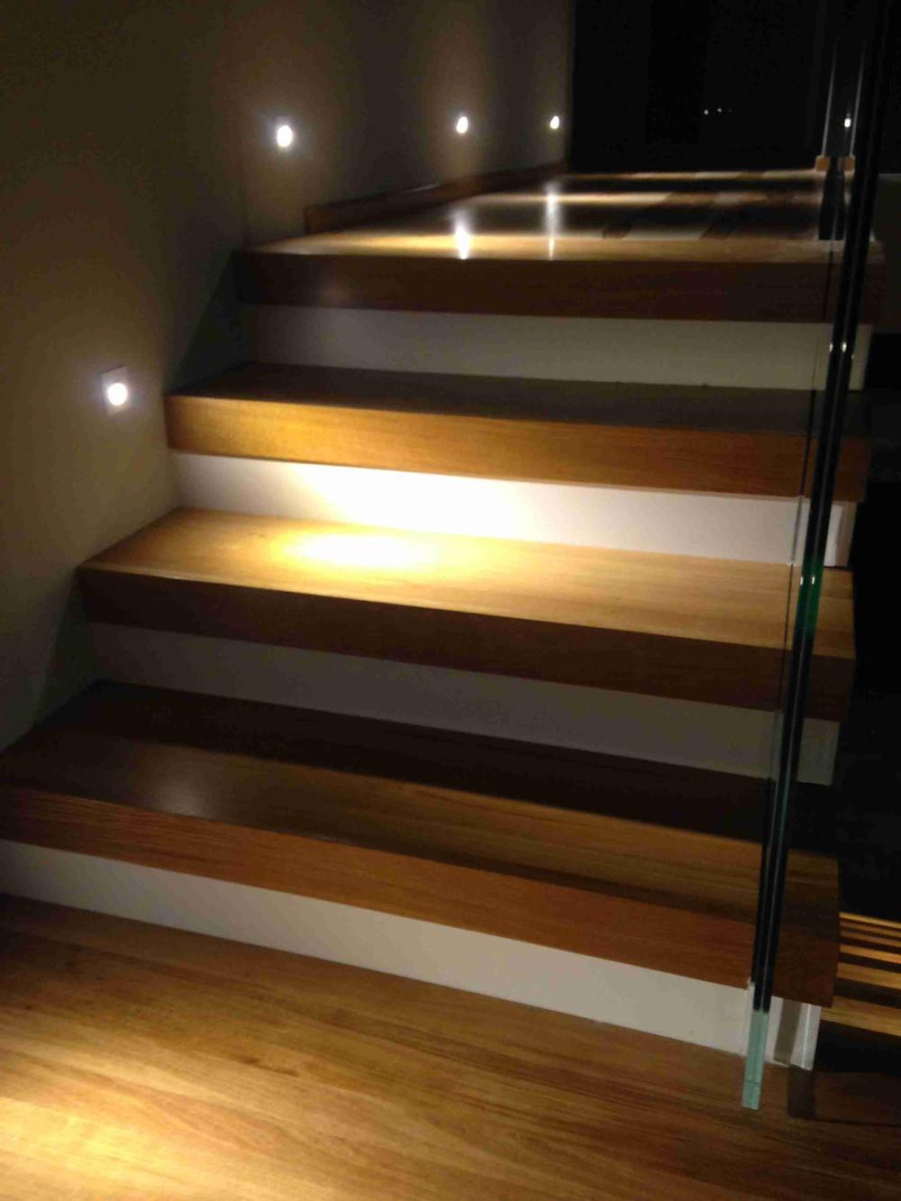 Консольная лестница с стеклянным ограждением