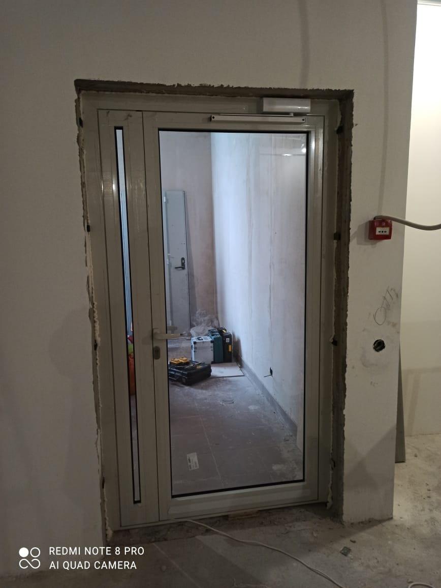 Алюминиевые полуторная дверь