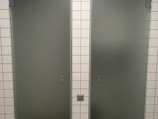 Стеклянные двери на боковых петлях