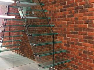 Цельностеклянная лестница