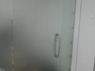 Стеклянная перегородка с раздвижными и распашными дверьми