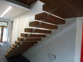 Лестница с консольными ступенями и стеклянным ограждением