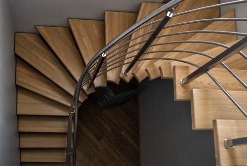 Лестница на центральном косоуре из нержавеющей стали