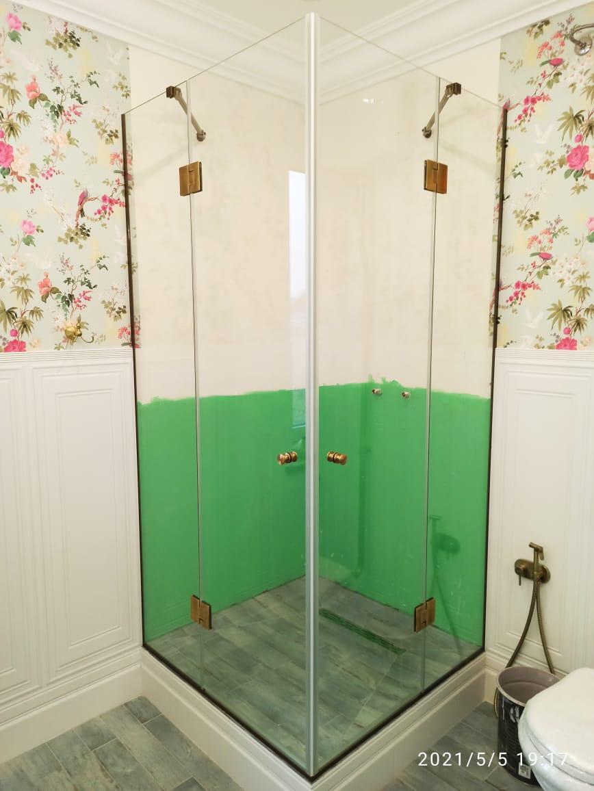 Стеклянная душевая с двухстворчатой дверью