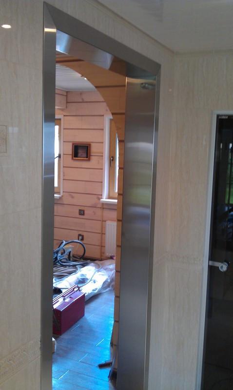 Стеклянная дверь на боковых петлях