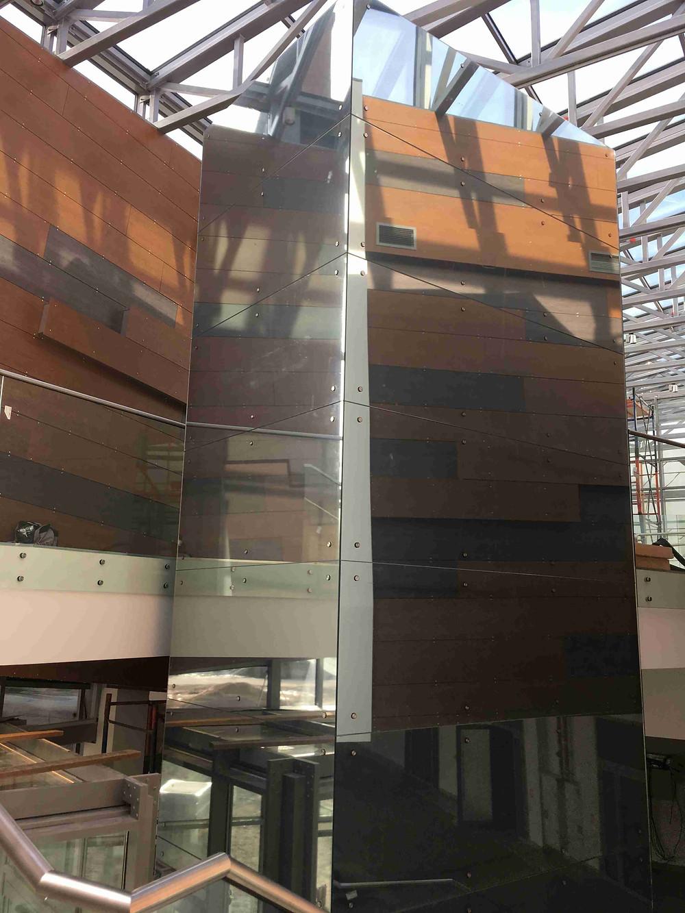 Облицовка стеклом лифтовой шахты