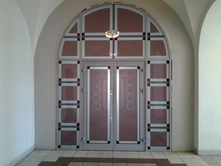 Алюминиевая перегородка с двухстворчатой дверью