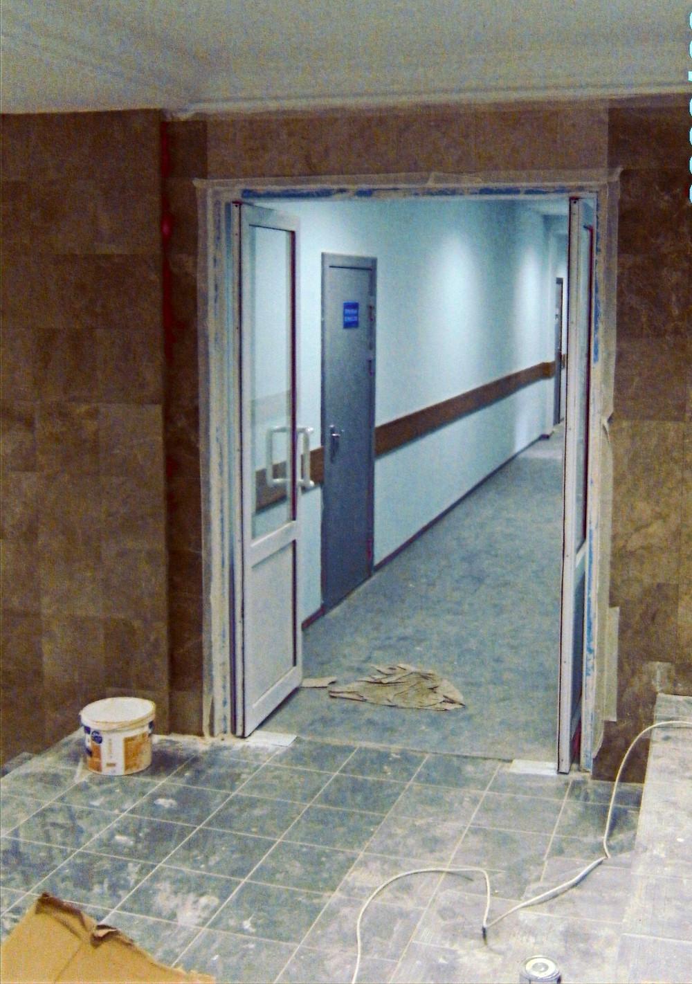 Алюминиевая двухстворчатая маятниковая дверь