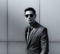 Elegancki młody przystojny mężczyzna
