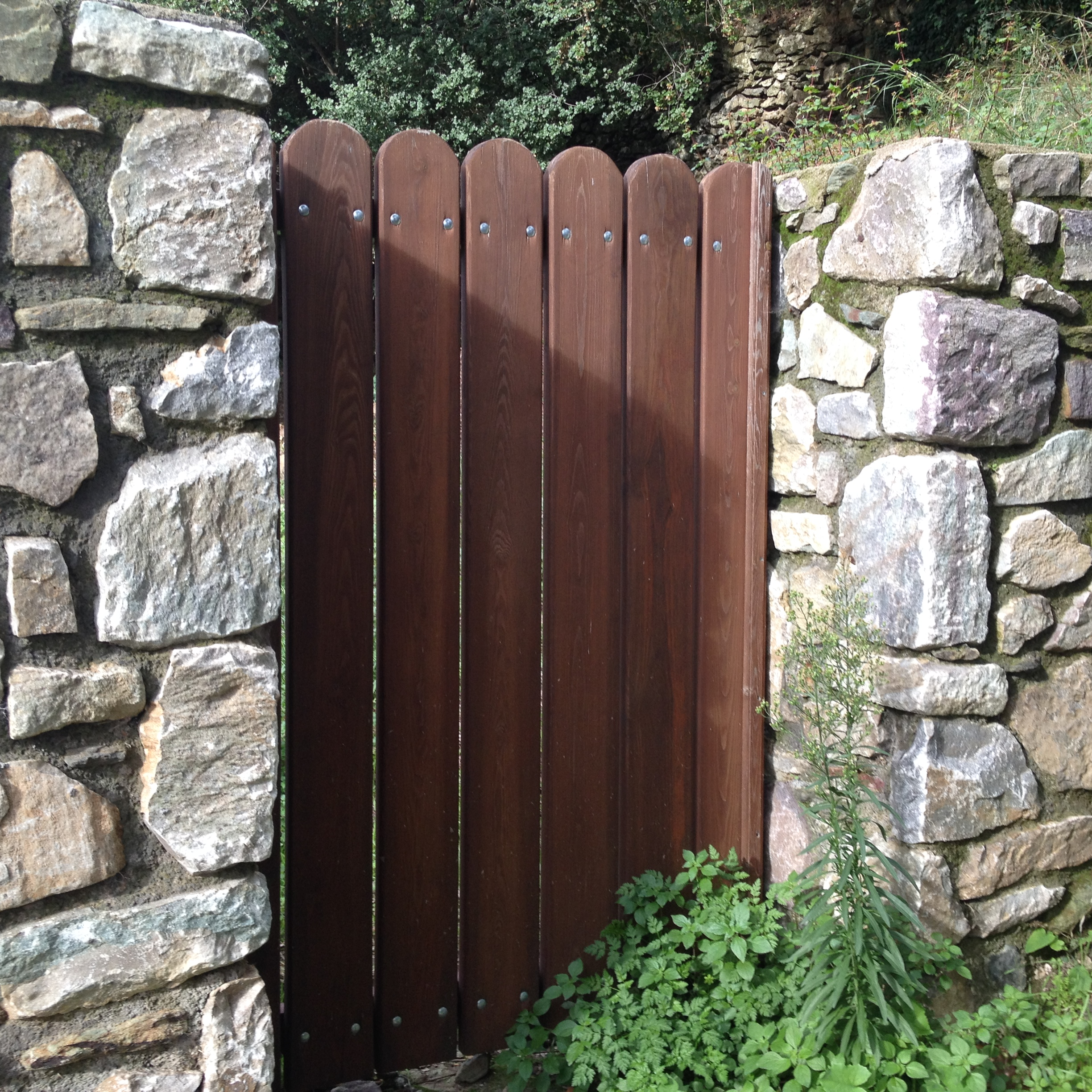 Wooden gate & stone wall - Mani