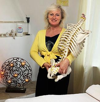 Corina mit Skelett.jpg
