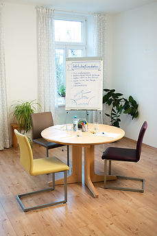 Janach Mediation - Mediationsraum mit Tisch, Stühlen und Flipchart
